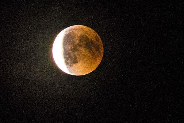 L'éclipse de lune du 27 juillet vue depuis Afa, en Corse-du-Sud.