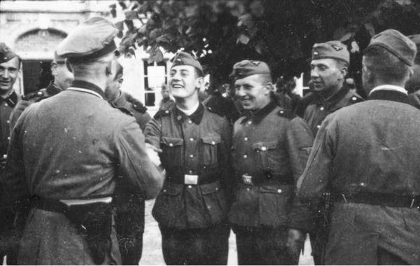 Des soldats de la division SS Totenkopf à Bailleul, le 30 mai 1940, trois jours après le massacre du Paradis.