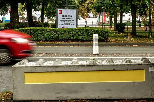 Un bloc de béton devant un secteur Braderie à Lille