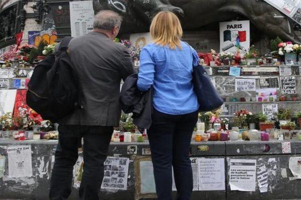 """Les hommages aux victimes de l'attentat du 13-Novembre  et de """"Charlie Hebdo"""" sur la place de la République à Paris, le 12 mais 2016."""