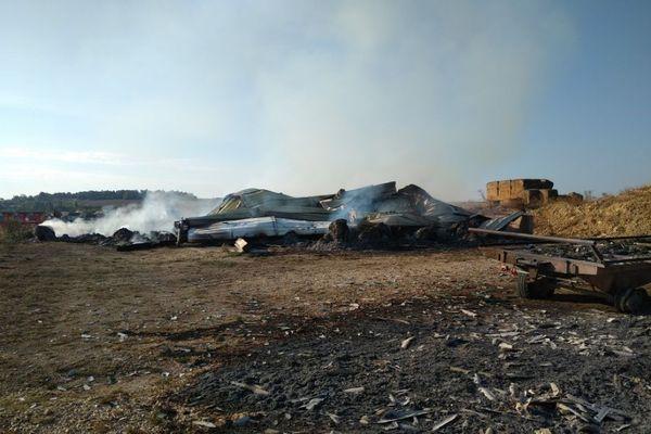 Deux bâtiments de stockage, des engins agricoles, 240 tonnes de paille et de foin, sont partis en fumée... près de 250 000 euros de pertes pour l'agriculteur.