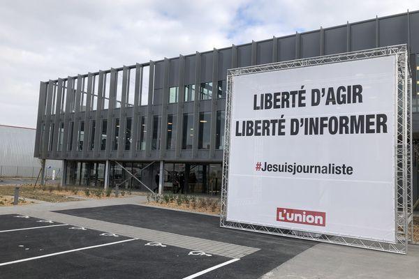 Panneau installé vendredi 5 mars devant les locaux du quotidien L'Union