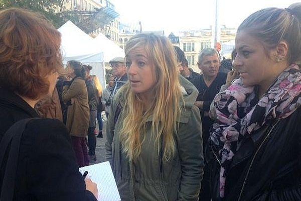 Les deux soeurs de Charlotte Lecaille entourées de quelques 70 personnes venues demander la libération de la Valenciennoise emprisonnée à Istanbul en Turquie