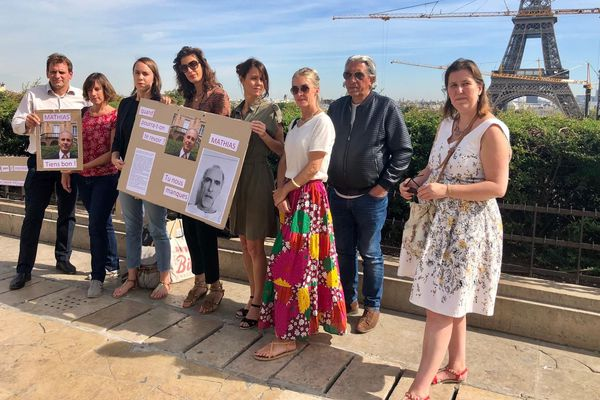 Famille et amis de Mathias Echène ont manifesté leur soutien ce matin sur le parvis des droits de l'Homme, place du Trocadéro à Paris, tout près de la Tour Eiffel.