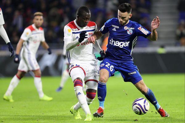 Adrien Thomasson (d) à la lutte avec le Lyonnais Pape Diop (g) lors du match de quarts de finale de Coupe de la Ligue entre l'Olympique Lyonnais et le Racing Club de Strasbourg Alsace