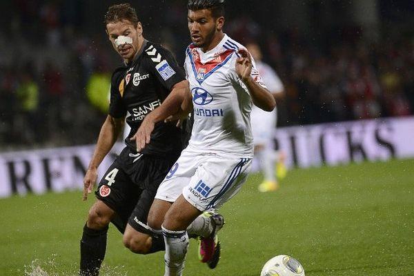 Le Reimois Grzegorz Krychowiak (à gauche) face au Lyonnais Fares Balhouli lors de la confrontation en championnat du 24 août dernier.