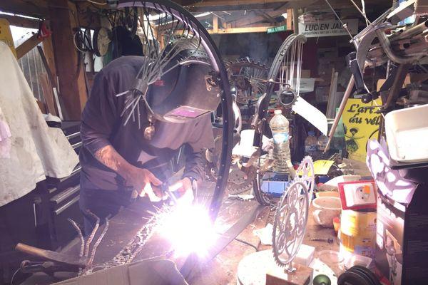 Dans son atelier, Lucien Jalu désosse et transforme des vélos usagés en œuvres d'art.