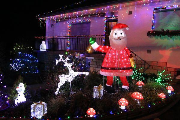 Le père Noël occupe une place centrale dans le jardin.