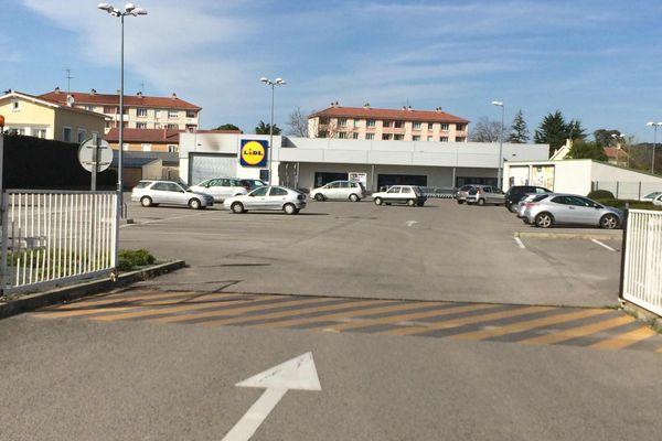 Le parking du supermarché où a eu lieu la bagarre