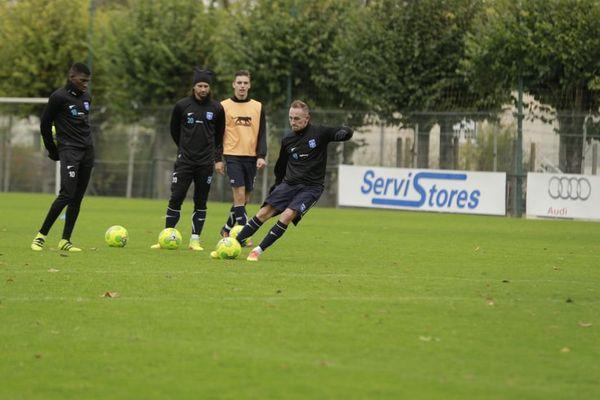 Les joueurs de l'AJ Auxerre Adama Ba, Mickaël Tacalfred et Gaëtan Courtet à l'entraînement (de gauche à droite)