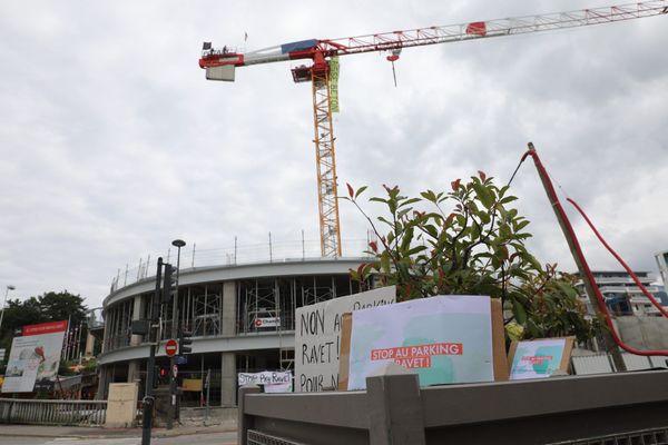 Action des membres du collectif Ravet et d'Extinction Rébellion devant le parking Ravet en construction, le 8 juin, à Chambéry.