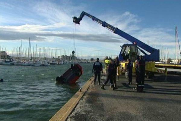 La voiture tombée dans le port de Cnat