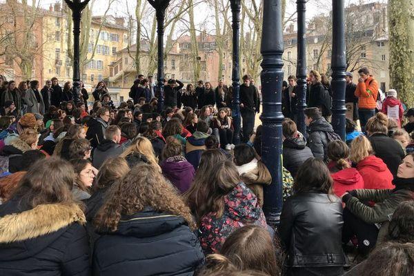 Avant la manifestation qui avait rassemblée près de 3000 personnes, les jeunes s'étaient rassemblés au jardin de ville pour une assemblée générale.