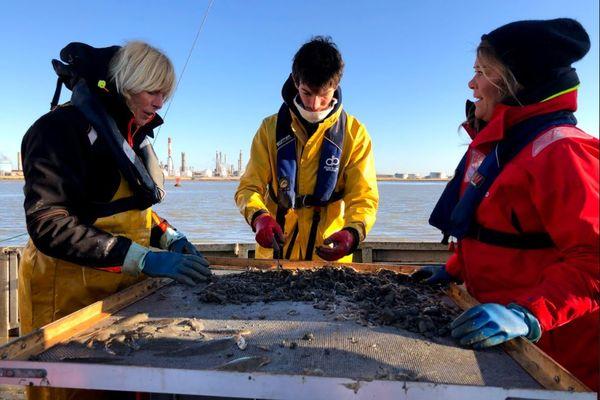 Julie Hattu étudie les fonds marins avec Anne-Laure Barillé