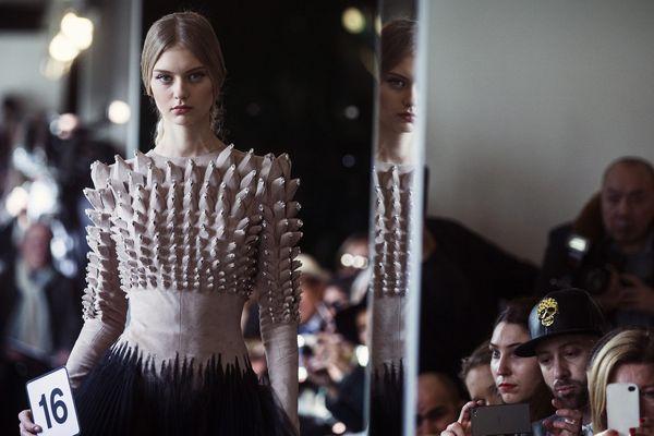 Un modèle lors du défilé printemps-été du couturier français Stéphane Rolland, le 26 janvier 2016.