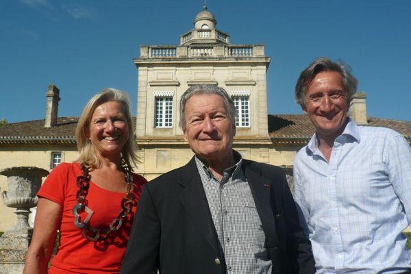 André Lurton au château Bonnet à Grézillac en Gironde, entouré de ses enfants Christine et Jacques Lurton.