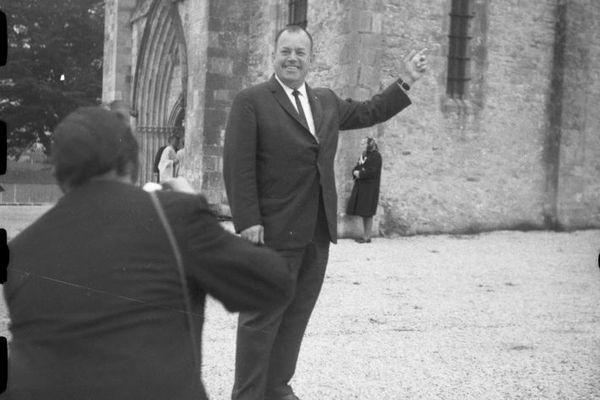 John Steele en 1964 au pied de l'eglise de Sainte-Mère_Eglise