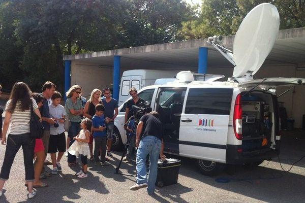 Les visiteurs découvrent le camion qui sert à envoyer des images par satellite
