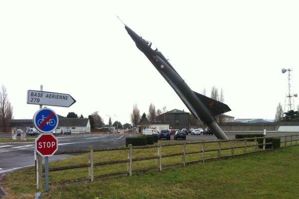 L'entrée de l'ex base aérienne de Châteaudun qui fermera en 2021.