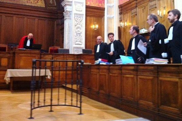 Cours d'assises du Rhône, les avocats des six prévenus (à droite de l'image)- Lyon le 15/09/2014