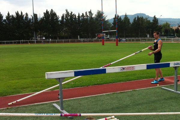 Le champion de saut à la perche était au Stadium Jean Pellez à Aubière, où il a fait part de ses ambitions en août à Zurich : remporter un troisième titre européen.