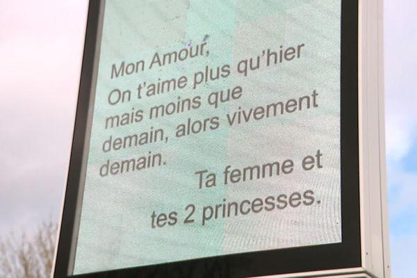 Les messages de Saint-Valentin sont diffusés sur les panneaux de la ville de Médis (Charente-Maritime).
