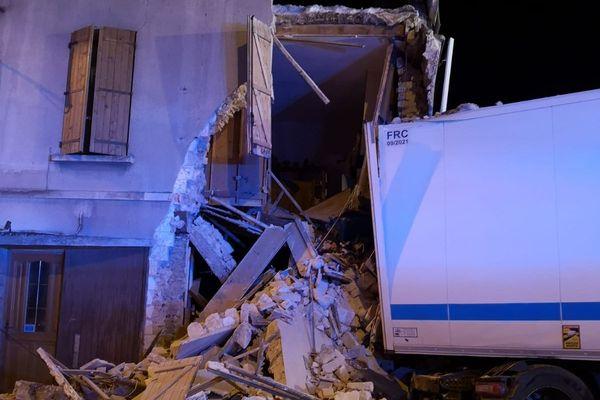 Le camion percute une maison dans la Marne.