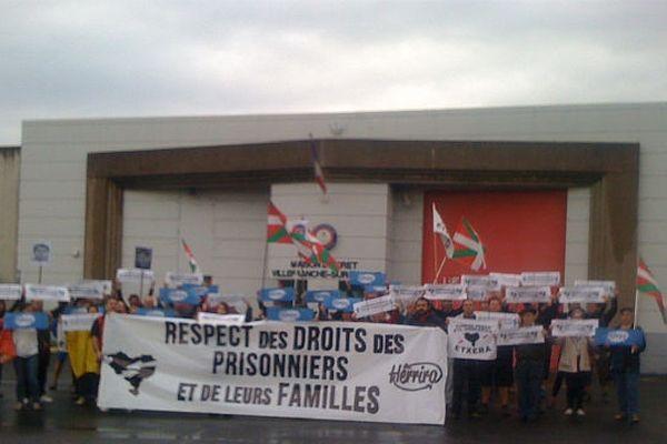 10h30 ce samedi 22 septembre 2012 des familles sont devant la maison d'arrêt de Villefranche-sur-saône