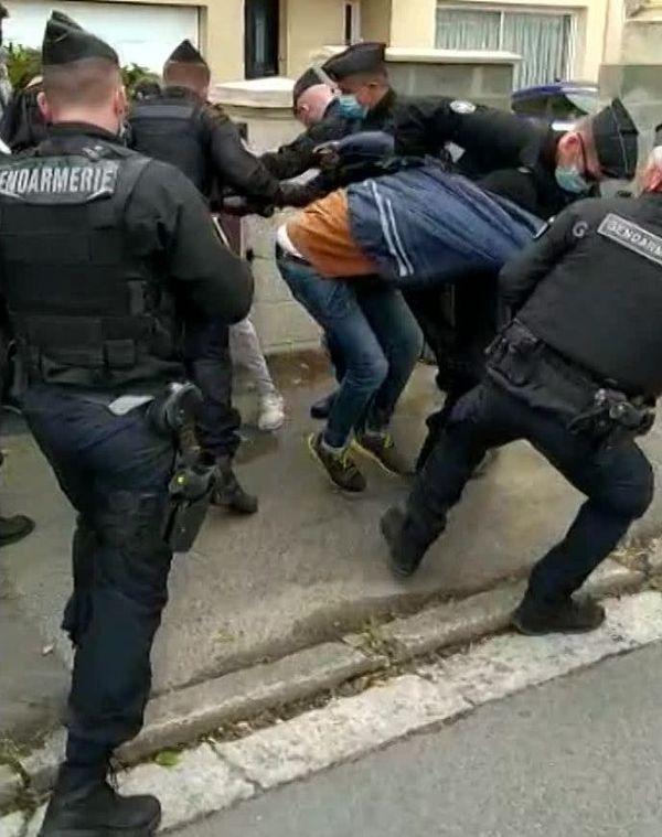 Une intervention des gendarmes dans les rues de Ouistreham. Juin 2020