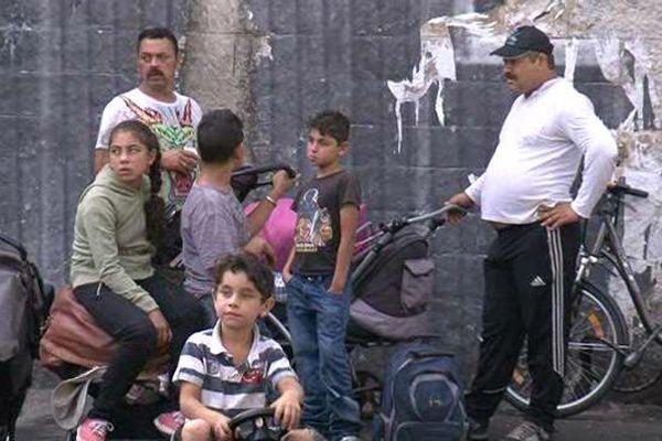 Une centaine d'adultes et une centaine d'enfants vivaient dans cette ancienne caserne depuis un an.