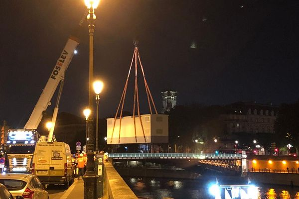 Le transformateur est parti lundi de Chambéry en Savoie et est arrivé vers 23h à proximité du chantier de Notre-Dame.