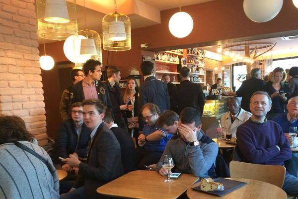 Une soixantaine de personnes présente au café Raven à Strasbourg pour soutenir de François Fillon.