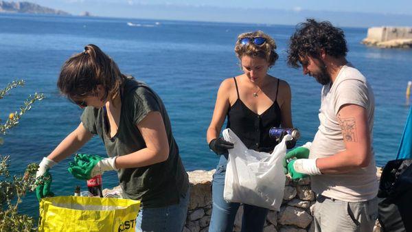 En quelques minutes ce sont plusieurs dizaines de déchets qui ont été récoltés par Anaëlle et ses amis : Adrien, Shane, Thaïs et Théa