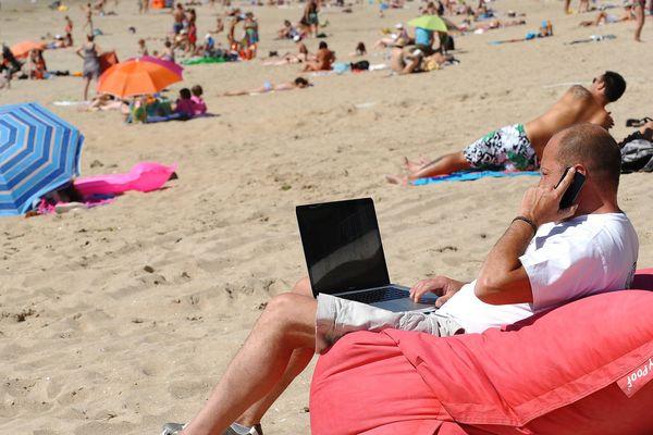 ILLUSTRATION Pourquoi se détendre quand on peut rester avec son ordinateur à la plage. Hein, pourquoi ?