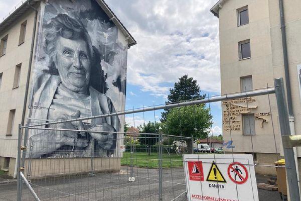 La démolition a commencé par une phase de désamiantage au quartier de Marmiers d'Aurillac.