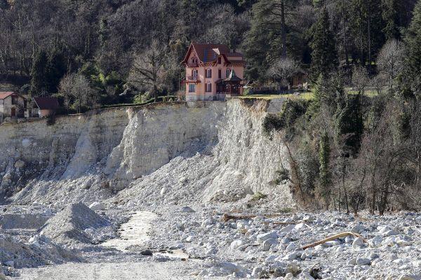 Cette maison de Saint-Martin-Vésubie (Alpes-Maritimes) a été l'une des images les plus diffusées pour illustrer les dégâts causés par la tempête Alex en octobre 2020 dans les vallées de la Vésubie, de la Tinée et de la Roya.