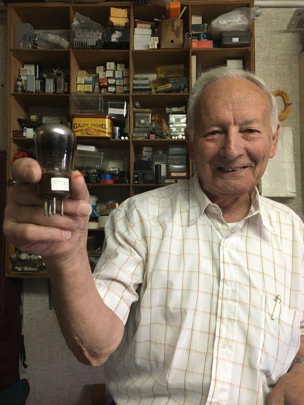 Les premiers appareils utilisaient de nombreuses ampoules encombrantes et fragiles dans les radios et les téléviseurs