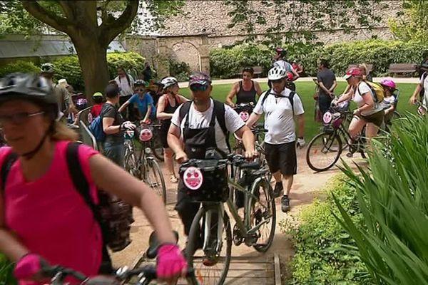Passage des participants au Vélotour dans les jardins de l'hôtel Groslot
