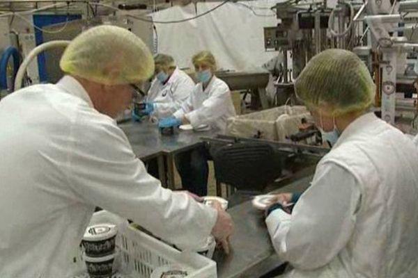 Les salariés de la Fabrique du Sud sur la chaîne de fabrication de Carcassonne