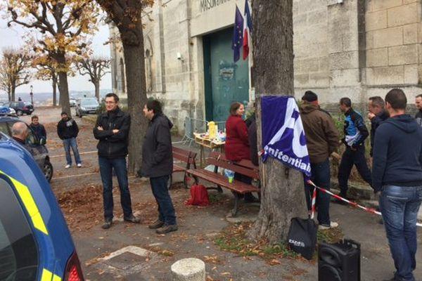 La manifestation des agents de l'administration pénitentiaire devant la prison d'Angoulême.