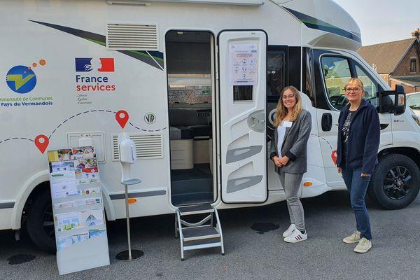 Les deux agents Karine LecocqetVictoriaFromont devant le bus itinérant de France Services
