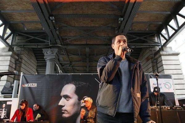 Grand Corps Malade, en concert dans le métro le 21 octobre 2015 à Paris