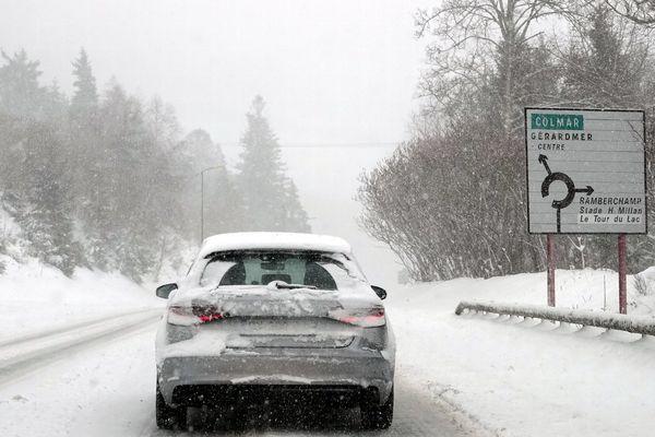 Une voiture circule sur une route enneigée à l'entrée de Gérardmer le 30 janvier