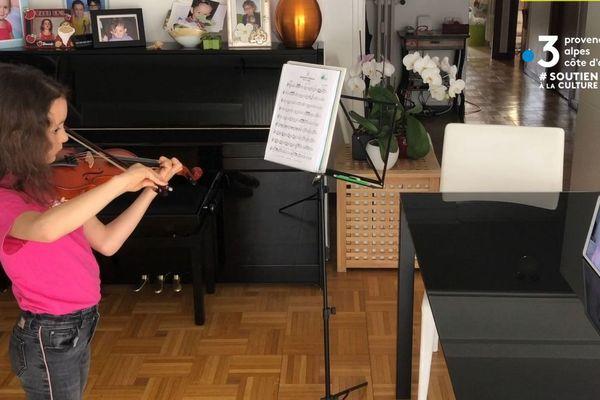 Depuis le début du confinement, c'est grâce à une webcam qu'Annalisa continue ses cours de violon avec le conservatoire de Menton (Alpes-Maritimes).