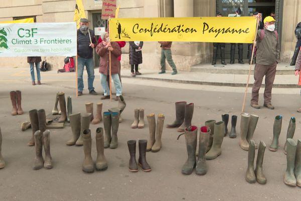 La Confédération paysanne a organisé une manifestation le 14 avril devant la préfecture à Strasbourg.