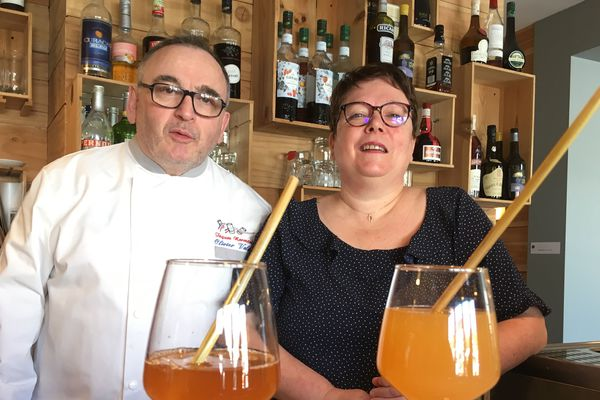 """Olivier et Patricia Valette, propriétaires de l'hôtel-restaurant """"Le Montligeon"""" à la Chapelle-Montligeon, ont précommandé des pailles en paille"""