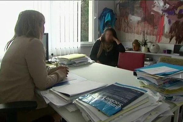 L'éducatrice licenciée, dans le cabinet de son avocate.