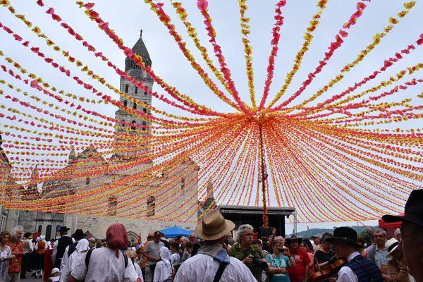 La cathédrale Saint-Front de Périgueux ornée des fleurs de la Félibrée.