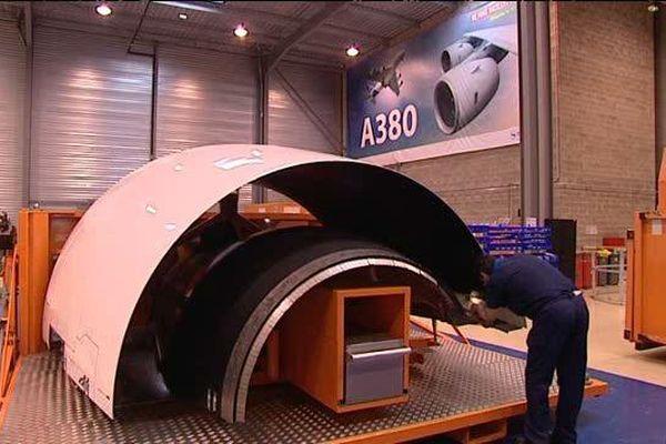 Un salarié d'Aircelle Europe Services en train d'inspecter une réparation sur une nacelle d'Airbus A380.