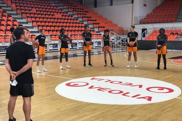 L'équipe du Tango Bourges Basket de Bourges dans le Palais des Sports du Prado